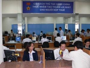 Người dân Việt Nam chen chúc đi nộp thuế