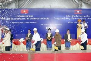 Thủ tướng Nguyễn Tấn Dũng tại buổi lễ khởi công xây trường Đại Học bên Lào