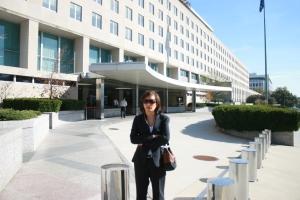 NBTD Tạ Phong Tần trước trụ sở Bộ Ngoại Giao (Washington DC)