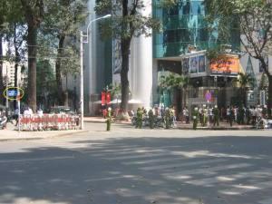 """Ản chụp côn an TP HCM cản tr4ở người biểu tình chống TQ năm 2007. """"Điểm buộc"""" trong bức ảnh này là tấm biển tên đường NGUYỄN THỊ MINH KHAI."""
