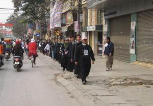 Thầy Tặng (mặc áo dòng, thứ 3 tính từ trên xuống) trong phiên xử sơ thẩm giáo dân Thái Hà