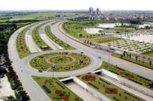 Hà Nội chi 53 tỷ đồng mỗi năm để cắt tỉa cỏ 24 km ở đại lộ Thăng Long.