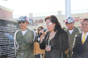 Tạ Phong Tần nói chuyện với đồng hương sau khi chào cờ Mùng 1 tết Đinh Dậu.